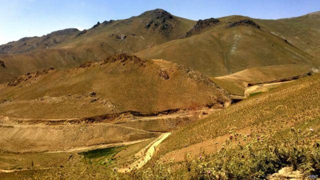 گذرگاه حاجیگک و معدن بزرگ آهن افغانستان در همین مسیر است و کار آن به دلیل تهدیدهای امنیتی کند پیش میرود