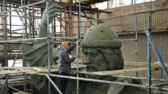 Скульптор Салават Щербаков у памятника Владимиру Святому