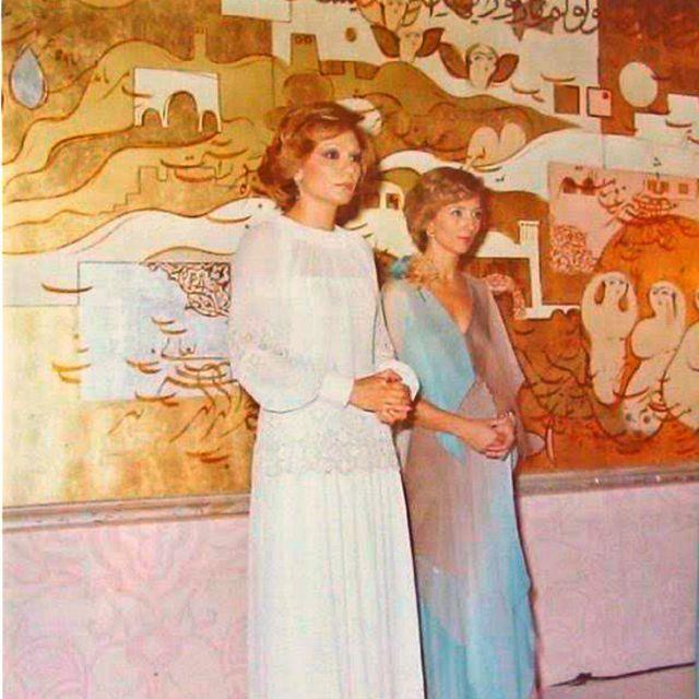 فرح پهلوی، ملکه پیشین ایران، و لیلی امیرارجمند (راست) در جشنواره فیلم کانون پرورش پیش از انقلاب اسلامی
