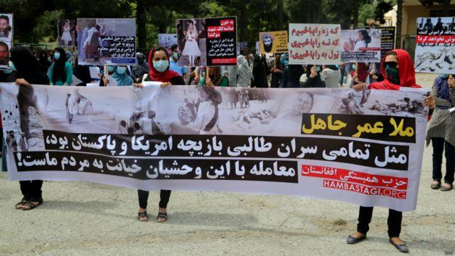 """طرفداران حزب همبستگی در کابل امروز راهپیمایی کردند و از گفتوگوهای صلح با گروه طالبان انتقاد کرده و آن را """"خیانت"""" خواندند. عکسها از نصیر بهزاد"""