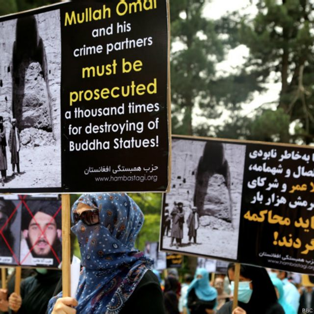 آنها با حمل عکس پیکرههای تخریب شده بودا و کشتار غیرنظامیان در زمان طالبان و تلفات غیرنظامی انفجارها و حملات انتحاری، گفتند که رهبری گروه طالبان و همکاران آنها باید دادگاهی شوند.