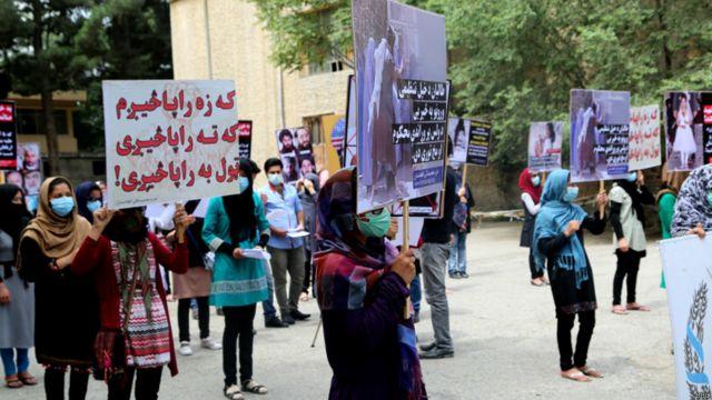"""شرکتکنندگان گردهمایی امروز ،سران طالبان را """"نوکران آمریکا و پاکستان"""" خطاب کردند و هر گونه مذاکره با این گروه را مردود دانستند."""