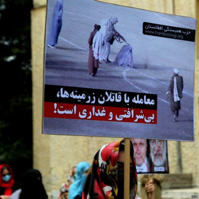 تصاویری از جریان مجازات افراد در زمانی که طالبان در قدرت بودند هم در میان سایر تصاویر دیده میشد.