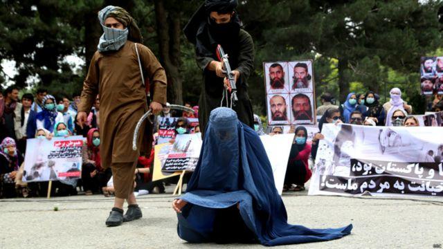 شرکتکنندگان در بخشی از راهپیمایی صحنههایی از جریان مجازات افراد توسط گروه طالبان در دهه هفتاد بازسازی کردند. در این عکس صحنه مشهور از کشتن زنی به نام زرمینه در چمن حضوری کابل بازسازی شده است.