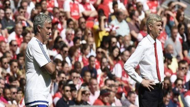 مورينيو (يسار) قاد تشيلسي للفوز بلقب الدوري الانجليزي الممتاز لكرة القدم هذا الموسم