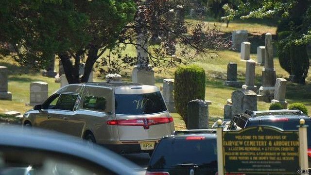 دفنت بوبي كريستينا في أغسطس/ آب إلى جوار والدتها في إحدى مقابر ولاية نيو جيرسي
