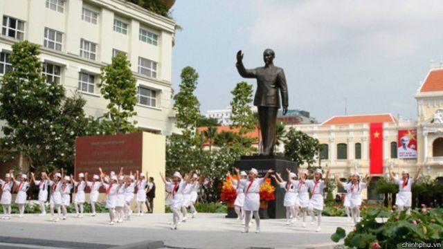 Tượng chủ tịch Hồ Chí Minh trước Ủy Ban Nhân Dân TP Hồ Chí Minh