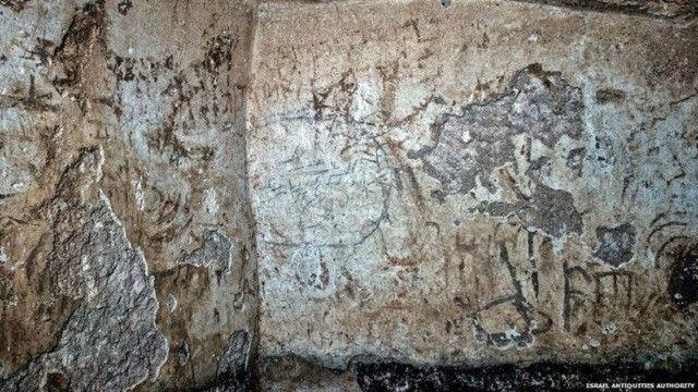 النقوش كتب بالآرامية بحروف عبرية.