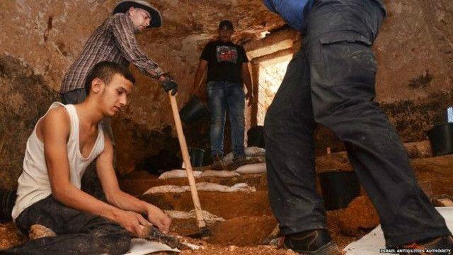 تضم الغرفة التي عثر فيها على النقوش حماما يستخدم للتعميد يرجع إلى 2000 سنة