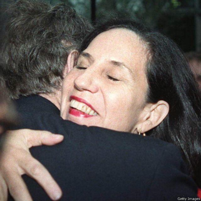 جرمی کوربین و ایزابل آلنده دختر سالوادور آلنده رییس جمهور سابق شیلی که در کودتای نظامی در سال ۱۹۷۳ کشته شد (۱۹۹۸)