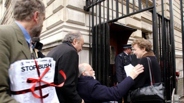 جرمی کوربین در حال ورود به مقر دولت برای تحویل تومار صد هزار امضا علیه حمله به عراق  (۲۰۰۳)