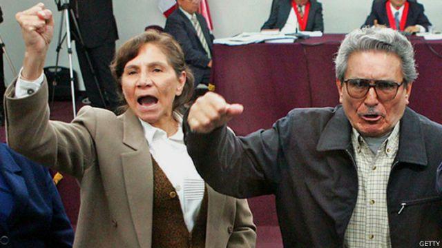 Abimael Guzmán y Elena Yparraguirre, exlíderes de Sendero Luminoso, durante el juicio en su contra en noviembre de 2004