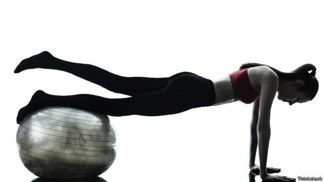 Hay muchas variantes en el ejercicio de la plancha, que puede aumentar considerablemente en dificultad.