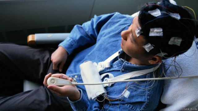 Homem com eletrodos (Foto: Thinkstock)