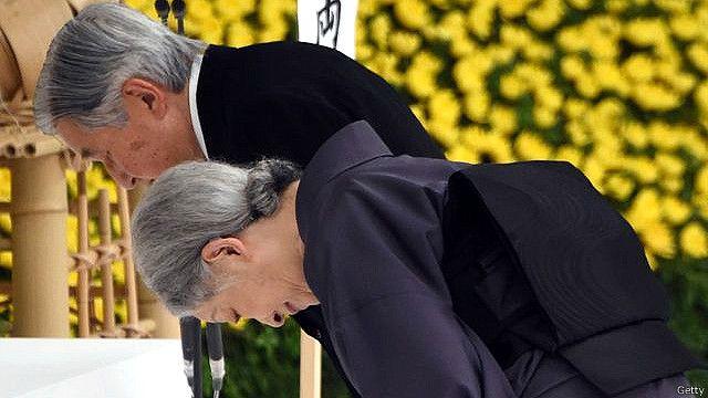 Nhật Hoàng Akihito và Hoàng hậu Michiko trong buổi lễ tưởng niệm.