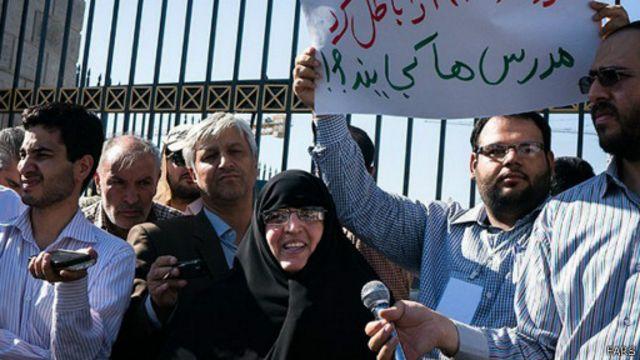 زهره طبیبزاده نماینده مجلس در میان معترضان به توافق هستهای گفت: خط به خط برجام نشان از شکستن خطوط قرمزی است که مقام معظم رهبری اعلام کردند