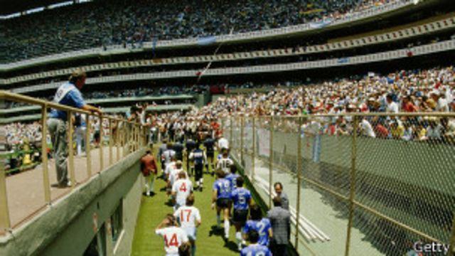 Los jugadores saltan a la cancha cuatro años después del fin de la guerra entre Argentina y Reino Unido por las islas Malvinas/Falklands.