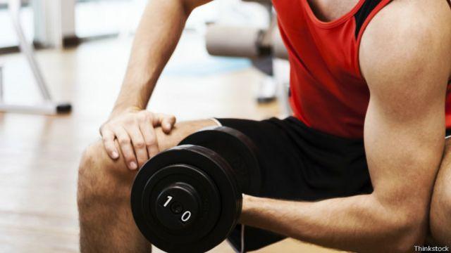 Combinar el levantamiento de pesas con el ejercicio aeróbico es otra de las recomendaciones.