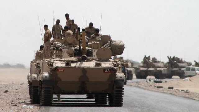 رتل من دبابات التحالف الدولي في طريقها إلى مدينة عدن الجنوبية، في مطلع اغسطس/آب