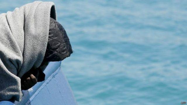 Menurut pejabat, sekitar 201 orang sudah diselamatkan oleh penjaga pantai Libya tapi banyak orang yang terperangkap saat kapal terbalik.