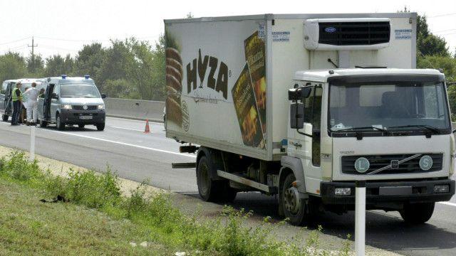 該貨車標有斯洛伐克肉雞場Hyza的標誌。