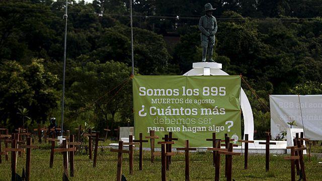Una pancarta en un cementerio