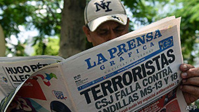Un hombre lee el periódico