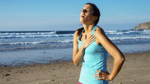 Cuando las personas se cansan se altera la respiración, por lo que es recomendable parar e intentar recuperar el ritmo.