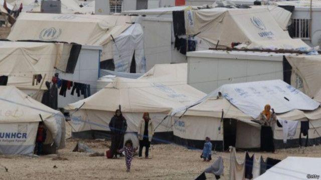 سوريون توافدوا على مخيم الزعتري للاجئين في شمال شرق العاصمة الأردنية عمّان.