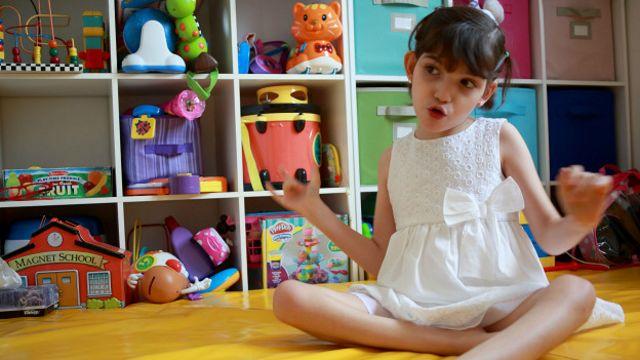 Graciela, de 8 años, tiene el síndrome de Lennox-Gastaut y padece hasta 400 episodios de convulsiones al día. Sus padres han probado 19 tratamientos y una operación de cerebro, sin resultado.