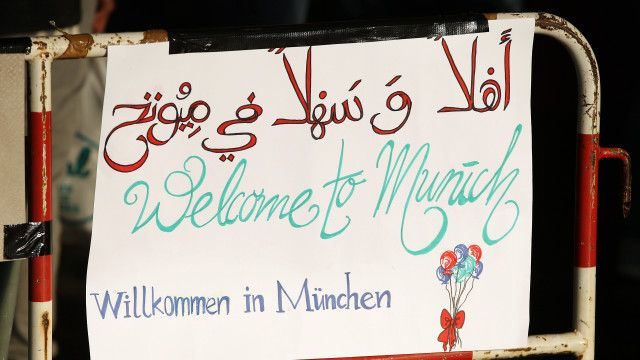 ویانا اور میونخ کے ریلوے سٹیشنوں پر سماجی تنظیموں نے ویلکم ٹو آسٹریا اور ویلکم ٹو جرمنی کے بینر لگائے