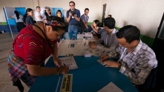 Rigoberta Menchu emite su voto
