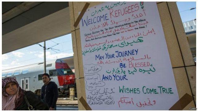 Ribuan pengungsi masuk melintasi stasiun utama Wina selama akhir pekan.