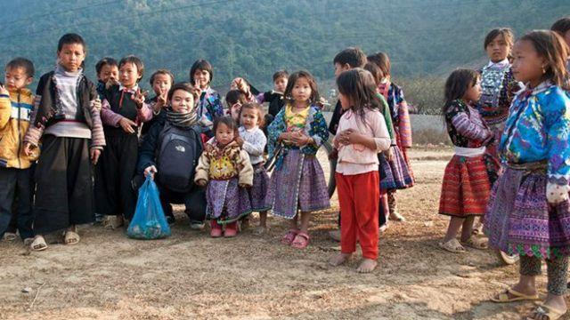 Trẻ em Sơn La nhận quà cứu trợ