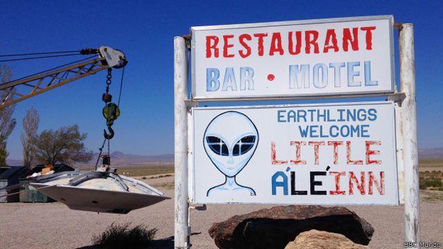 """Un letrero con un alienígena de enormes ojos da la bienvenida a """"a los terrícolas""""."""