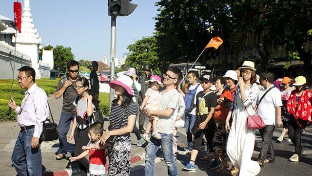 中國遊客在泰國曼谷大皇宮附近2015年8月