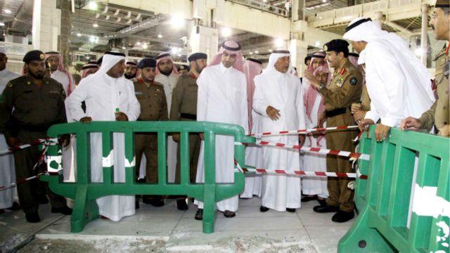 Gubernur wilayah Mekah, Pangeran Khalid al-Faisal, meninjau Masjidil Haram sesaat setelah insiden jatuhnya katrol.