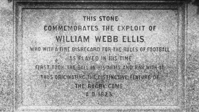 El escrito en la lápida de la tumba de Webb Ellis recuerda el momento en el que corrió con la pelota.