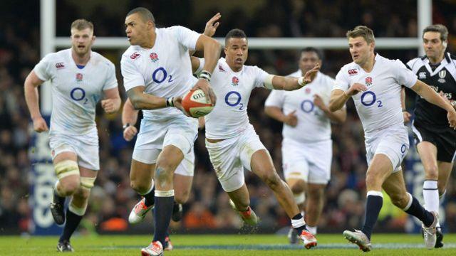 A diferencia del fútbol, el rugby se juega principalmente con las manos, aunque no se puede pasar la pelota hacia adelante.