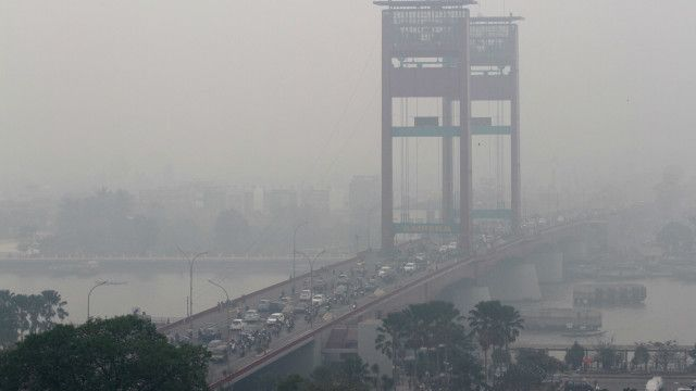 Setidaknya ada 28,06 juta penduduk Indonesia yang terkena dampak kabut asap, menurut BNPB, per data Senin (5/10).