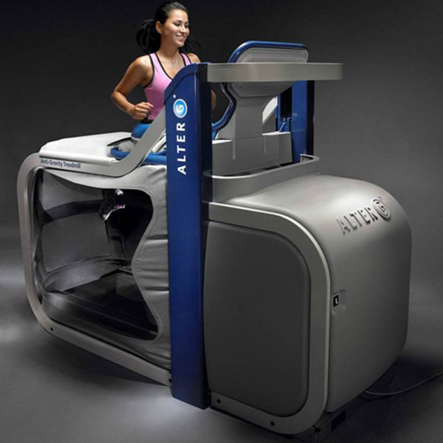 La máquina antigravedad ayuda a reducir el impacto del peso en las articulaciones y músculos.