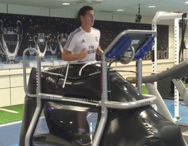 James Rodríguez se recupera de una lesión que sufrio jugando con la selección colombiana.