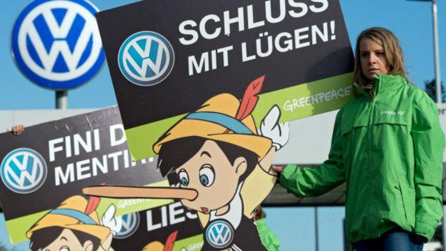 Activista de Greenpeace protesta frente a una planta de Volkswagen