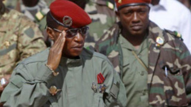 """Au moment du massacre du 28 septembre 2009, Moussa Dadis Camara était le chef de l'Etat. Sur la photo, il est en compagnie de son ancien aide de camp Aboubacar """"Toumba""""  Diakite."""