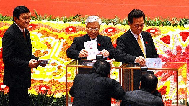 Ông Nguyễn Phú Trọng (giữa) sẽ tại vị chức Tổng Bí thư thêm nhiệm kỳ hay phải nhường ghế cho ông Nguyễn Tấn Dũng (phải) sau Đại hội Đảng 12?