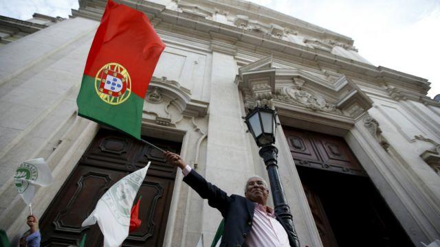 里斯本街頭參與競選集會民眾揮舞葡萄牙國旗(2/10/2015)