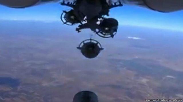 Российский самолет сбрасывает бомбы в неуказанном месте в Сирии (кадр из видео, распространенного пресс-службой Минобороны РФ 5 октября 2015 г.)