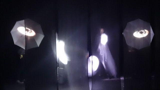 Tabir belakang bisa menjadi penyekat, juga elemen proyeksi video dan efek lampu