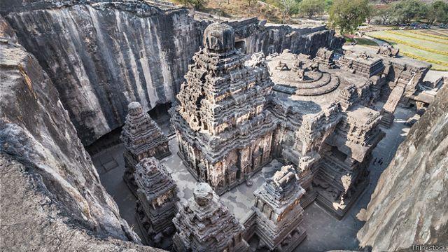 Храм Кайласанатха в комплексе пещерных сооружений в Эллоре