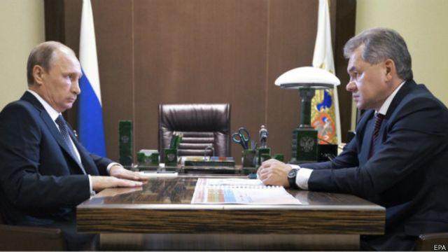 Министр обороны Сергей Шойгу докладывает президенту РФ Владимиру Путину об ударе крылатыми ракетами по территории Сирии 7 октября 2015 г.